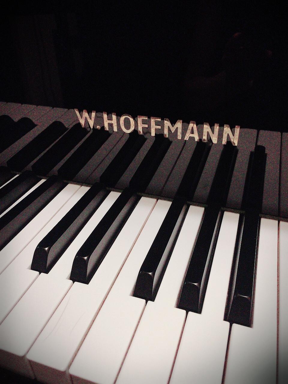 教室のピアノはHOFFMANNのグランドピアノを使用しています。