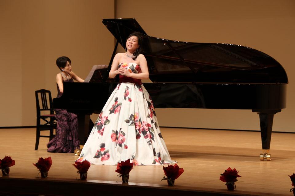 ピアノの発表会でのゲスト&講師演奏の様子。声楽とピアノのデュオ。